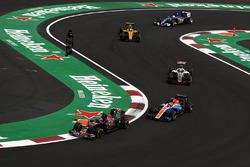 Daniil Kvyat, Scuderia Toro Rosso STR11, Esteban Ocon, Manor Racing MRT05