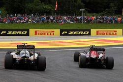 Carlos Sainz Jr., Scuderia Toro Rosso STR11 dan Sergio Perez, Sahara Force India F1 VJM09 battle for