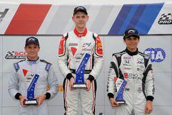 Podio: ganador de la carrera Konrad Czaczyk, segundo lugar Kyle Kirkwood, tercer lugar Cameron Das