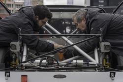 Des mécaniciens s'affairent sur une Mitjet