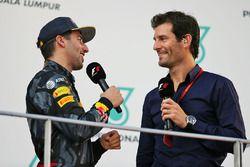 Ganador Daniel Ricciardo, Red Bull Racing en el podio con Mark Webber, piloto del Porsche equipo WEC