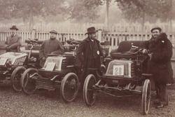 1898'daki spor otomobillerden bir kare