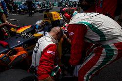 PREMA Racing mecánicos llenan las tomas del radiador con hielo seco en el coche dedeAntonio Giovinaz