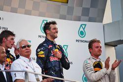 المنصة: المركز الثاني ماكس فيرشتابن، ريد بُل، الفائز بالسباق دانيال ريكاردو، ريد بُل، المركز الثالث
