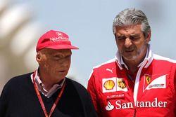 Niki Lauda, Mercedes Presidente no ejecutivo y Maurizio Arrivabene, director del equipo Ferrari