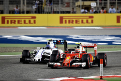Kimi Raikkonen, Ferrari SF16-H et Valtteri Bottas, Williams FW38