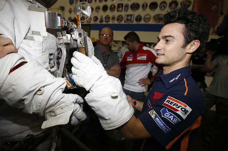 Dani Pedrosa, Repsol Honda Team, découvre la combinaison d'un astronaute pendant une visite du NASA Johnson Space Center
