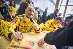 Gabriele Tarquini, LADA Sport Rosneft, Lada Vesta schreibt Autogramme