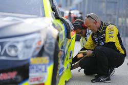 Check des Reifendrucks am Auto von Paul Menard, Richard Childress Racing, Chevrolet