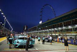 La grid girl di Jean-Karl Vernay, Leopard Racing, Volkswagen Golf GTI TCR