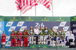 Подиум LMGT Pro: победители Джой Хенд, Дирк Мюллер, Себастьен Бурдэ, #68 Ford Chip Ganassi Racing Fo