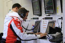Ingeniero del equipo de Porsche en el trabajo