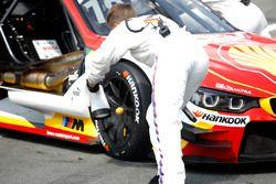 Un meccanico di Augusto Farfus, BMW Team MTEK, BMW M4 DTM raffredda i freni