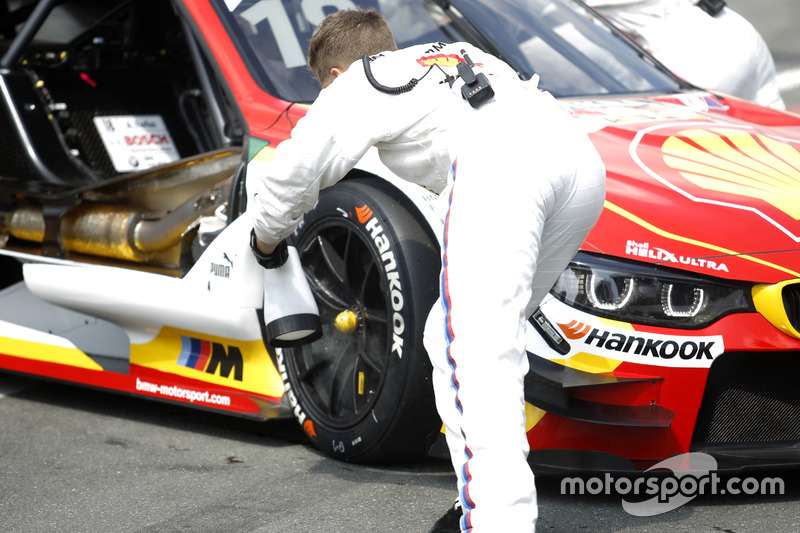 Mechanic of Augusto Farfus, BMW Team MTEK, BMW M4 DTM cooling the brakes