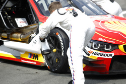 Mechanic of Augusto Farfus, BMW Team MTEK, BMW M4 DTM cooling the brakes