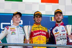 Il vincitore della gara Antonio Giovinazzi, PREMA Racing, il secondo classificato Gustav Malja, Rapa