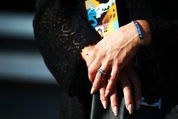 Minttu Raikkonen, moglie di Kimi Raikkonen, Ferrari - anello nuziale