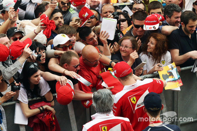 Kimi Raikkonen, Ferrari firma autografi ai tifosi