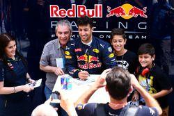 Daniel Ricciardo, Red Bull Racing posa para fotografías con fans fuera del garaje