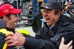Sieger Simon Pagenaud, Team Penske Chevrolet, und John Menard Jr.