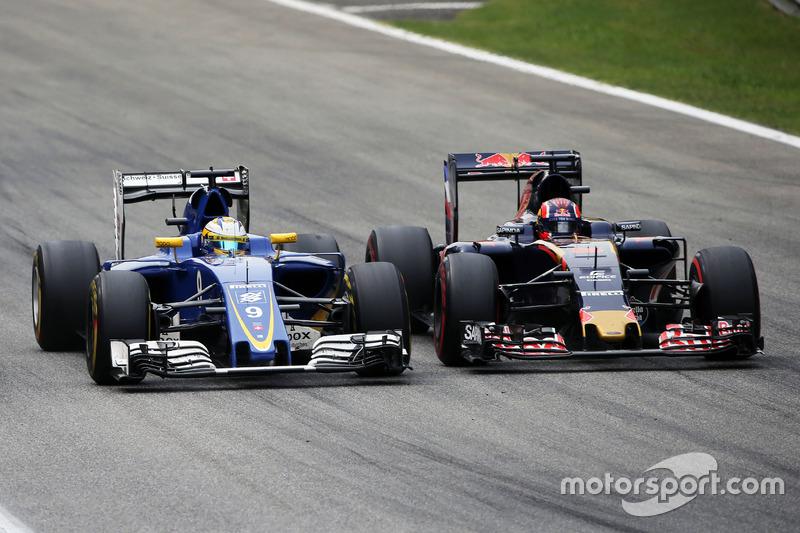 (L to R): Marcus Ericsson, Sauber C35 and Daniil Kvyat, Scuderia Toro Rosso STR11 battle for position