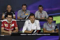 Conférence de presse de la FIA : Franz Tost, team principal Scuderia Toro Rosso; Paul Hembery, directeur Pirelli Motorsport; Guenther Steiner, team principal Haas F1; Mattia Binotto, directeur technqiue; Aldo Costa, directeur de l'ingénierie Mercedes AMG F1; Luca Furbatto, designer en chef Manor