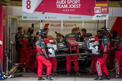 Pit crew working on the damaged #8 Audi Sport Team Joest Audi R18 e-tron quattro: Lucas di Grassi, L