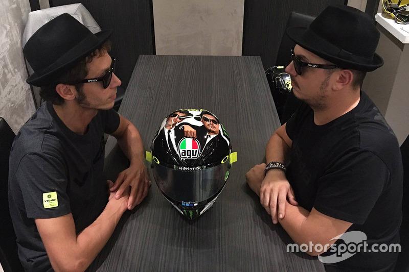 Valentino Rossi, Yamaha Factory Racing con Alessio Salucci y su casco de los Blues Brothers