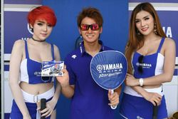 Yuki Ito with lovely Yamaha grid girls
