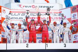 Podio GT500: i vincitori della gara Tsugio Matsuda, Ronnie Quintarelli, Nismo, al secondo posto Heik