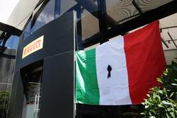 Pirelli con una bandera y un moño negro en homenaje a las víctimas del terremoto en Italia