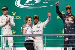 1. Lewis Hamilton, Mercedes AMG F1, mit Victoria Vowles, Mercedes AMG F1