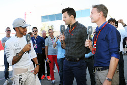 Lewis Hamilton, Mercedes AMG F1 con Steve Jones, Channel 4 F1 Presentador y David Coulthard, Red Bull Racing y Scuderia Toro Advisor / Channel 4 F1 Comentarista