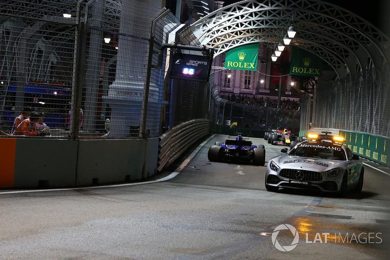 La Safety car, a guida del gruppo, supera la monoposto incidentata di Marcus Ericsson, Sauber C36 viene recuperata
