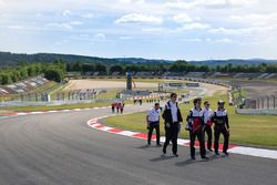 Mike Conway, Jose Maria Lopez, Toyota Gazoo Racing, pendant la reconnaissance de la piste