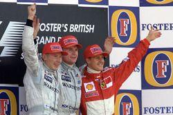 Podium: le vainqueur David Coulthard, McLaren, Mika Hakkinen, McLaren, Michael Schumacher, Ferrari