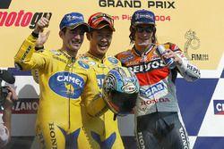 Podium : le vainqueur Makoto Tamada, Honda, le deuxième Max Biaggi, Honda, et le troisième Nicky Hayden, Repsol Honda Team