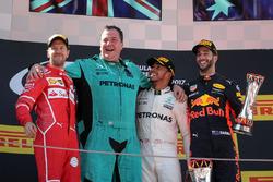 Podium: Sebastian Vettel, Ferrari, Karl Fanson, Mercedes AMG F1 Mechanic, race winner Lewis Hamilton, Mercedes AMG F1 and Daniel Ricciardo, Red Bull Racing