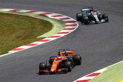 Стоффель Вандорн, McLaren MCL32, и Льюис Хэмилтон, Mercedes AMG F1 W08