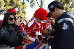 Carlos Sainz Jr., Scuderia Toro Rosso, signe des autographes aux fans