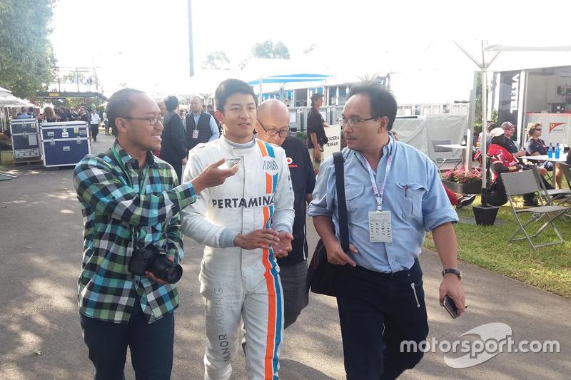 Rio Haryanto diwawancarai oleh media dari Indonesia