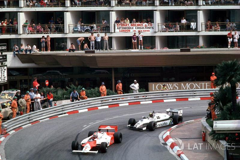 John Watson, McLaren MP4/1B-Ford Cosworth lidera a Derek Daly, Williams FW08 Ford
