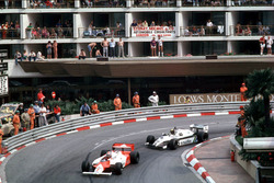 John Watson, McLaren MP4/1B-Ford Cosworth ve Derek Daly,  Williams FW08 Ford