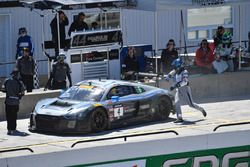 #4 Magnus Racing Audi R8 LMS: Pierre Kaffer, Spencer Pumpelly, pit stop action