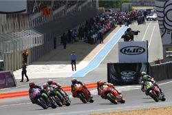 Старт гонки: лидирует Маверик Виньялес, Yamaha Factory Racing