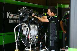 Techneut werkt aan de motor van Jonathan Rea, Kawasaki Racing