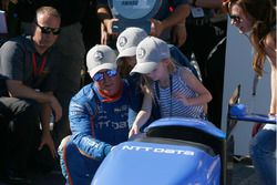 Scott Dixon, Chip Ganassi Racing Honda celebrates winning the Verizon P1 Pole Award with daughters P