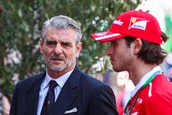 Ferrari-Teamchef Maurizio Arrivabene mit Testfahrer Antonio Giovinazzi