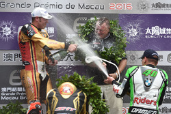 Podium: winnaar Peter Hickman, BMW, tweede Michael Rutter, BMW, derde Martin Jessopp, BMW