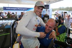 Andreas Mikkelsen, Volkswagen Motorsport, célèbre sa victoire